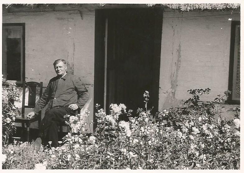 Julius August Christiansen foran sit hus ca. 1960