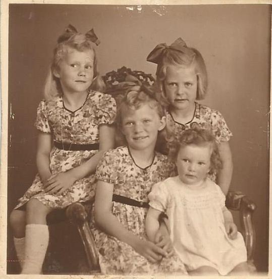 Forrest fra venstre Gitte, Lis, Rinda, bagerst Birthe, 1947