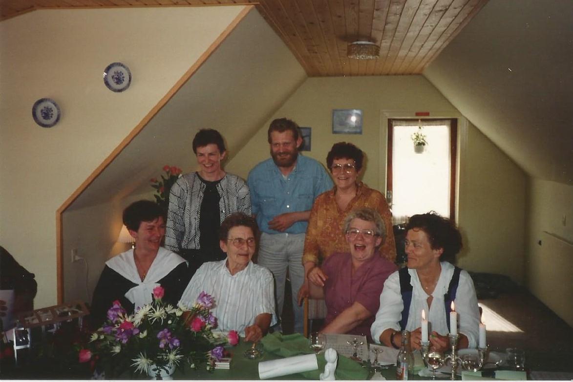 Forrest fra venstre Rinda, Edith, Lis, Gitte, bagerst fra venstre Lillie, Erik, Birthe i 1992