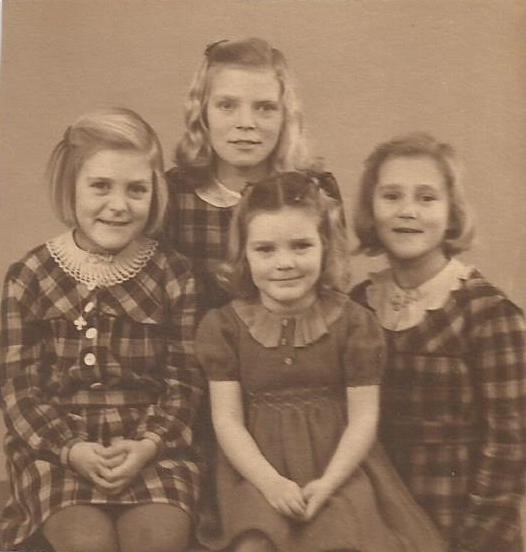 Forrest fra venstre Birthe, Rinda, Gitte, bagerst Lis, 1950