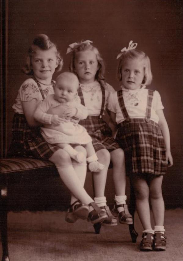 Forrest fra venstre Lis med Rinda, Gitte og Birthe, 1945