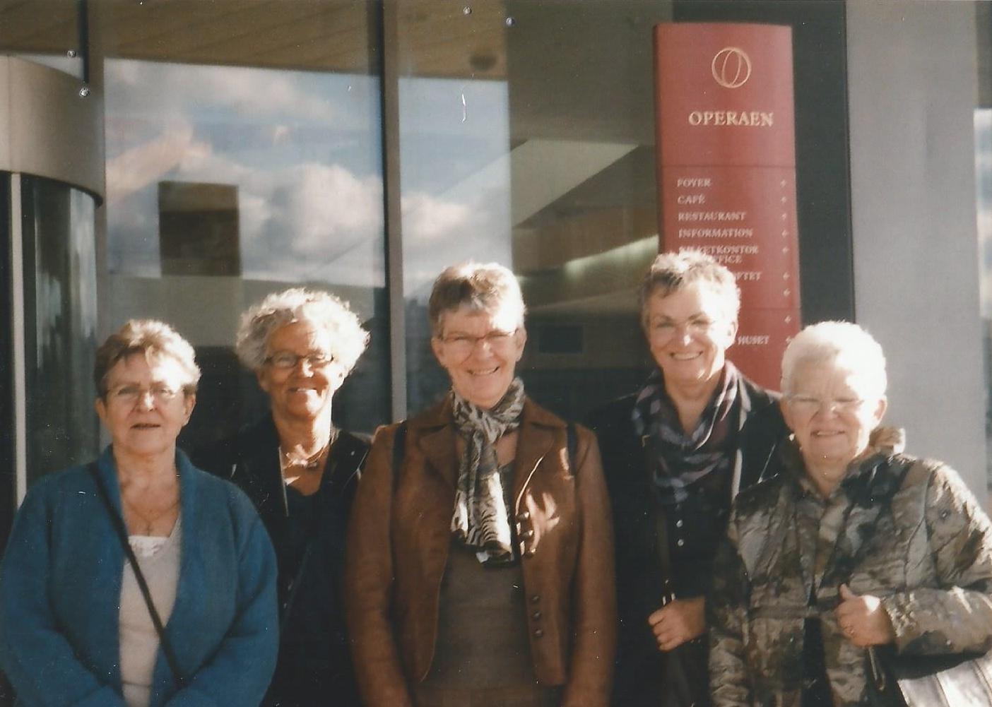 Fra venstre Birthe, Gitte, Rinda, Lillie, Lis foran Operaen 2007