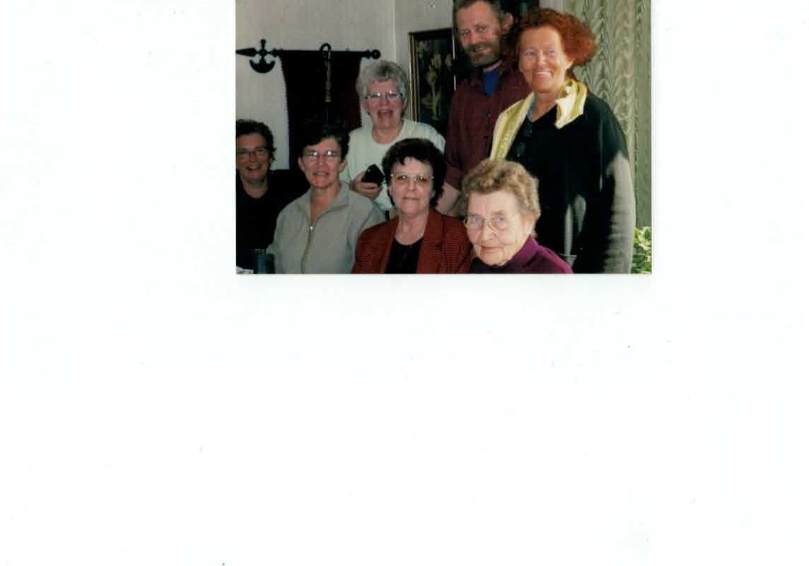 Forrest fra venstre Lillie, Rinda, Birthe, Edith, bagerst fra venstre Lis, Erik, Gitte, i 2005